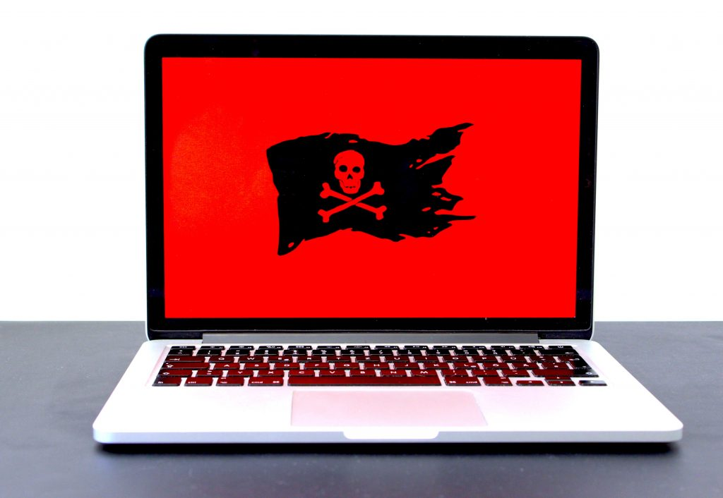 Ordenador con bandera pirata